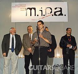 L.R.Baggs销售总监Ryan Angle手持M.I.P.A.奖杯发表讲话