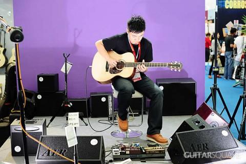 王开仲老师在吉他平方舞台为Larrivee吉他和AER音箱做演示