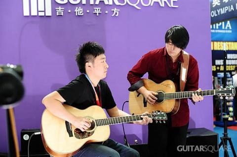 王开仲老师和朱家明老师在吉他平方舞台上合奏