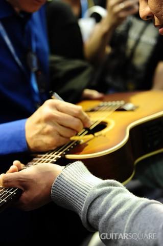 指弹吉他大师Tommy Emmanuel为Maton吉他亲笔签名