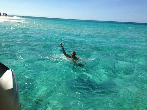 Tommy在游泳